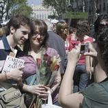 Pareja de enamorados en Las Ramblas durante la Diada de Sant Jordi (Oriol Llauradó)