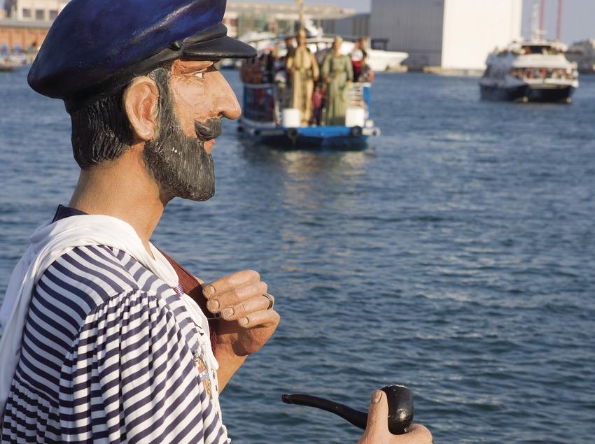 Arribada de gegants per mar amb golondrina durant les Festes de la Mercè. (Oriol Llauradó)