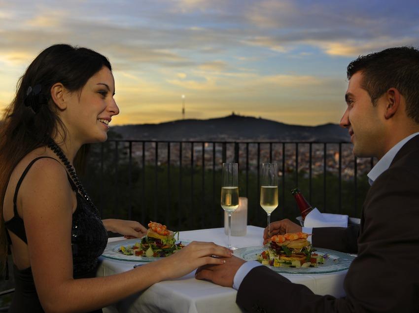 Parella sopant al capvespre al restaurant El Xalet de Montjuïc