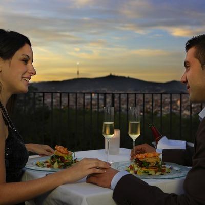 Parella sopant al capvespre al restaurant El Xalet de Montjuïc  (Lluís Carro)