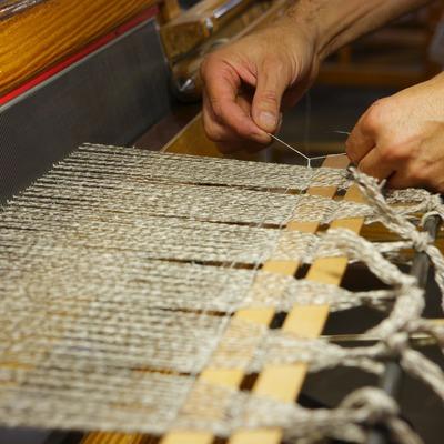 Detall de les mans d'un artesà a l'empresa Teixidors  (Lluís Carro)