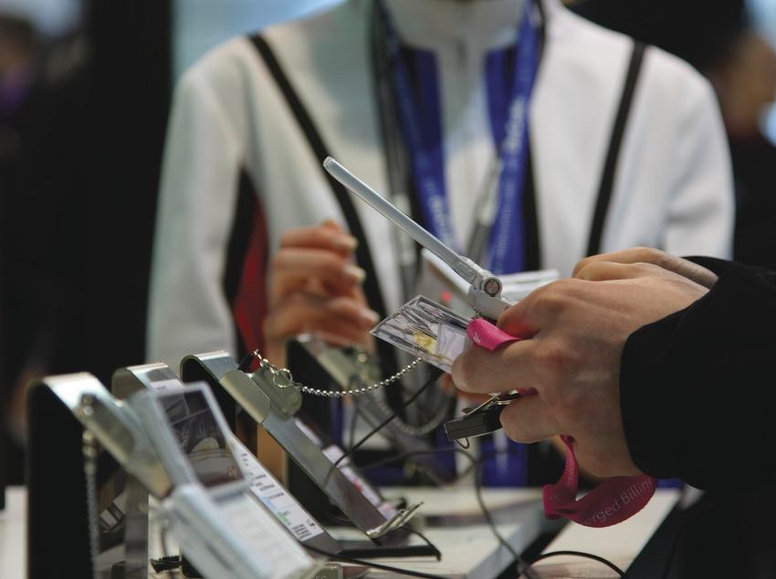 Primer pla d'unes mans manipulant un telèfon mòbil a la fira 3GSM  (Lluís Carro)