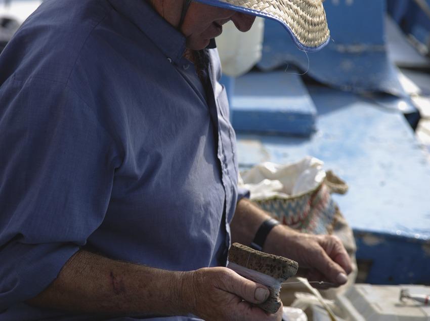 Pescador arreglant una xarxa  (Lluís Carro)