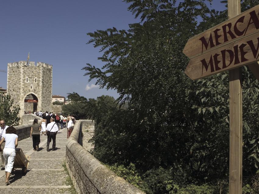 Pont de Besalú durant la Fira Medieval