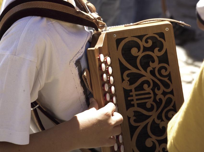 Jeune accordéoniste à la feria de Sant Llorenç