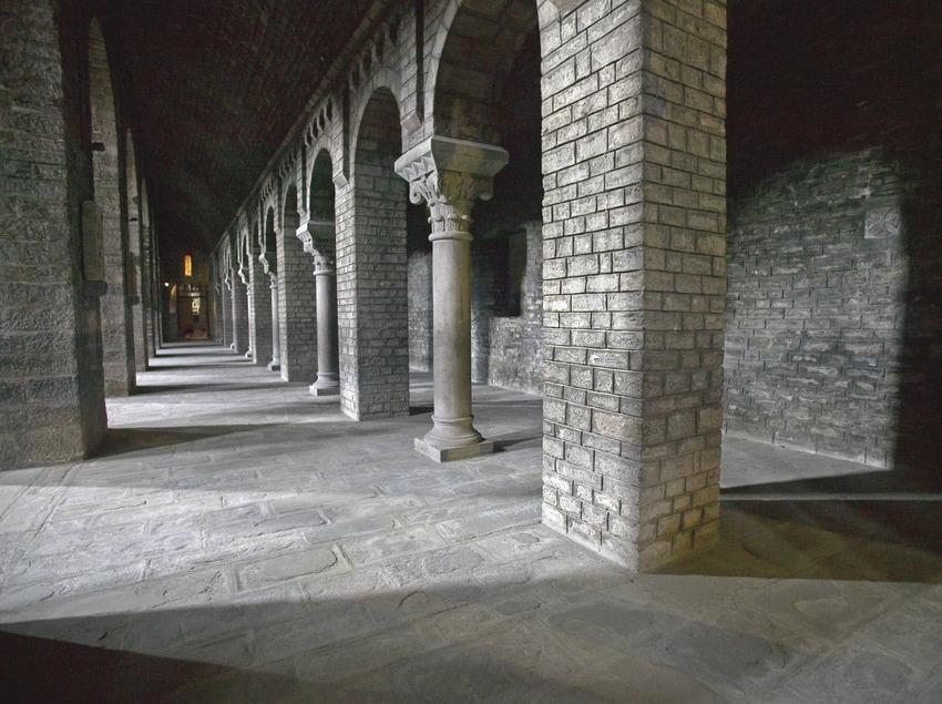 Visita al monestir de Ripoll, nau lateral de l'església. Workshop Pirineus 2008  (Cablepress)