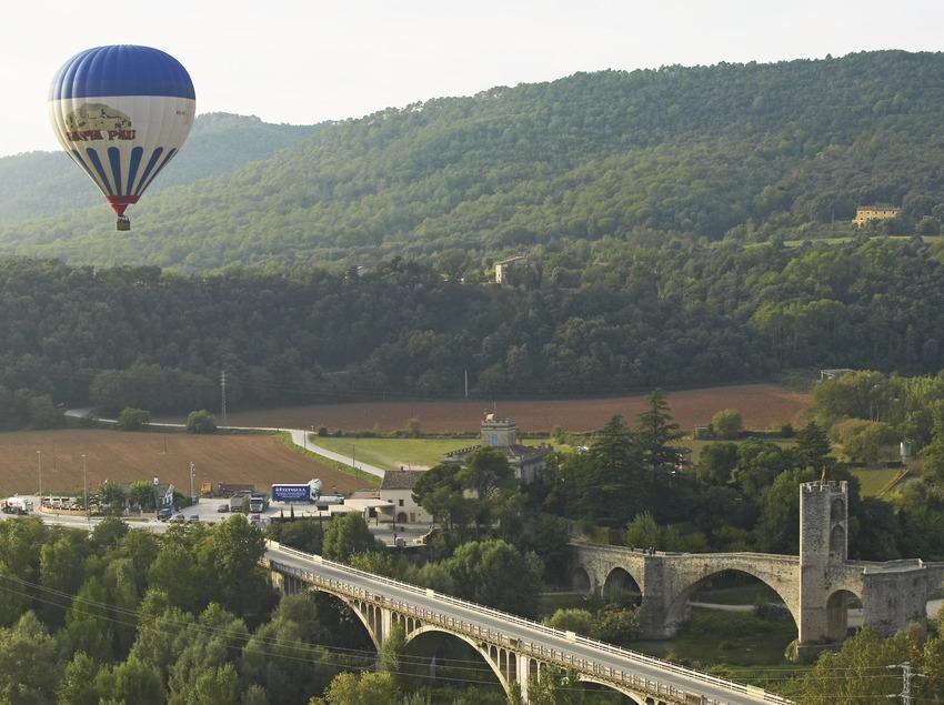 Puente medieval de Besalú durante un vuelo en globos. Workshop Pirineus 2008