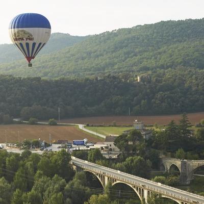 Pont medieval de Besalú durant un vol en globus. Workshop Pirineus 2008