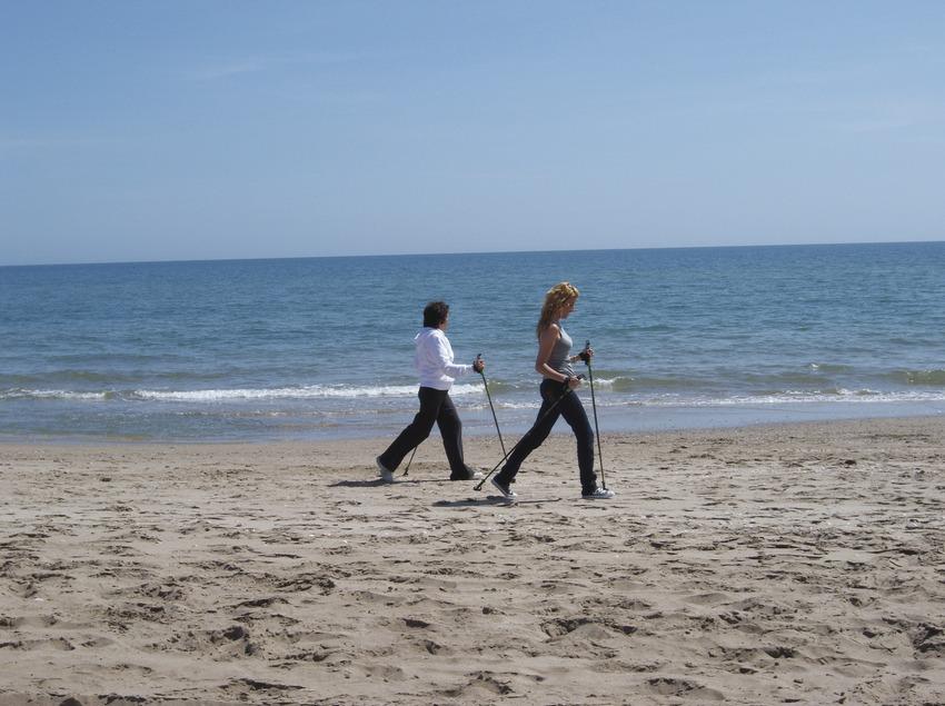 Caminant a la platja   (Imatges cedides pel Patronat de Turisme de Calafell)