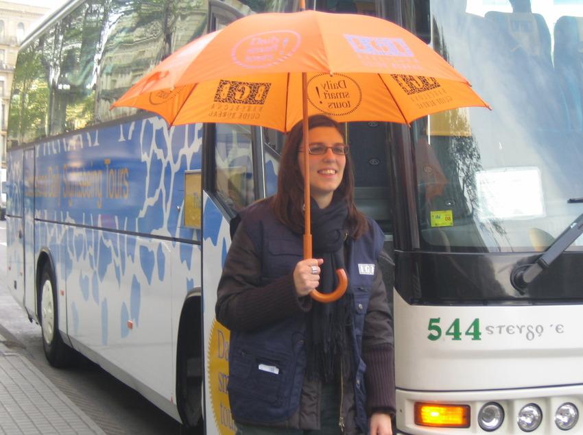 Guía y autobús de la empresa Barcelona Guide Bureau.