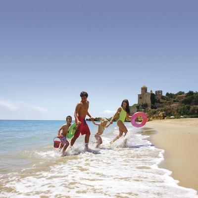Família a la platja de Tamarit, amb el castell de fons  (Lluís Carro)
