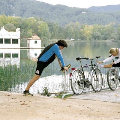 Parada de ciclistes a l'estany   (Foto-tècnia fotògrafs)