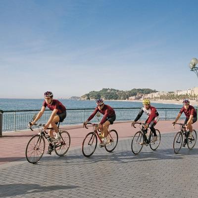 Ciclistes davant de la platja   (Foto-tècnia fotògrafs)
