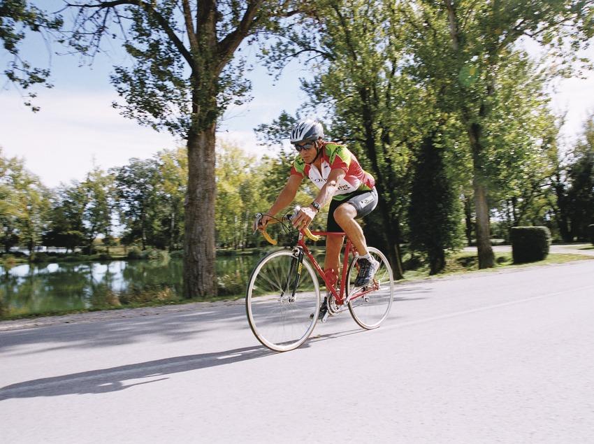 Bicicleta de muntanya prop de l'estany   (Foto-tècnia fotògrafs)