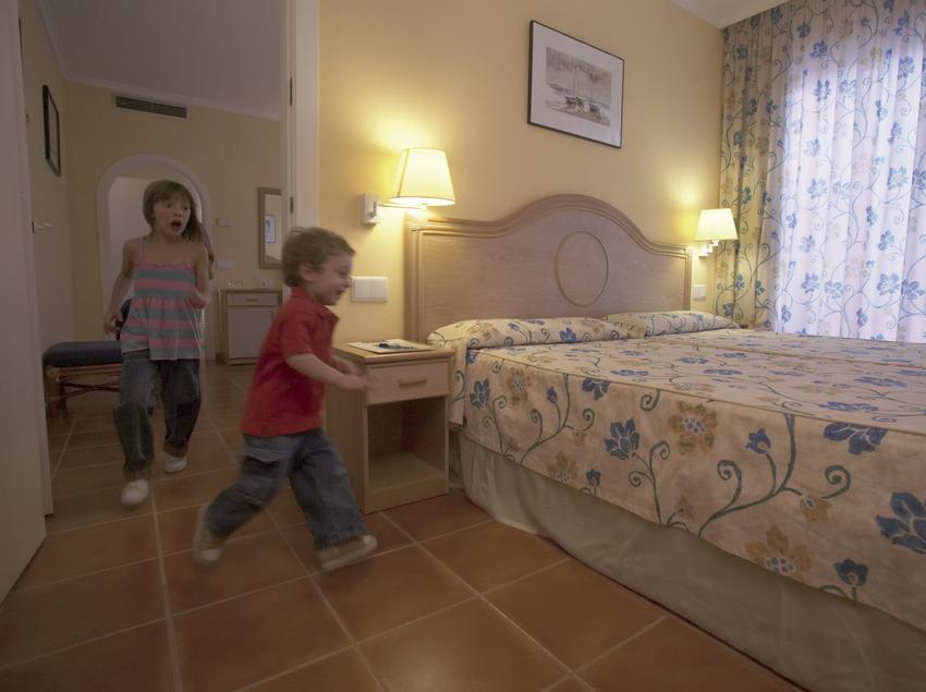 Niños en la habitación del hotel Les Palmeres (Cablepress)