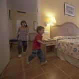 Niños en la habitación del hotel Les Palmeres