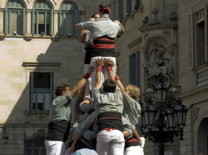 Aixecada de castells a la plaça Sant Jaume. (Javier Miguélez Bessons)