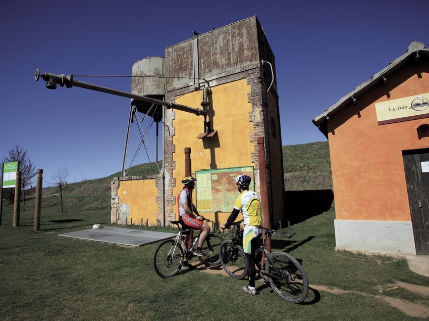 Consultant un panell informatiu de les rutes en BTT del Ripollès (Cablepress)
