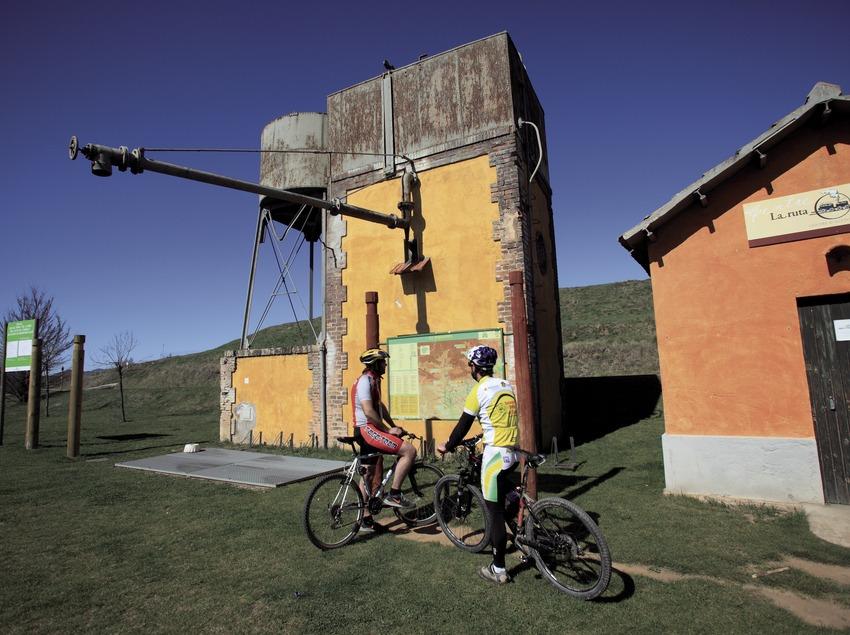 Consultation d'un panneau d'information sur les pistes VTT du Ripollès