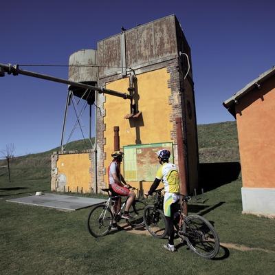 Consultando un panel informativo de las rutas en BTT del Ripollès (Cablepress)