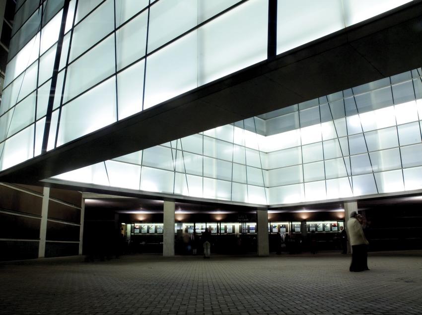 Extérieur de l'auditorium de Barcelone de nuit. Attente avant le concert