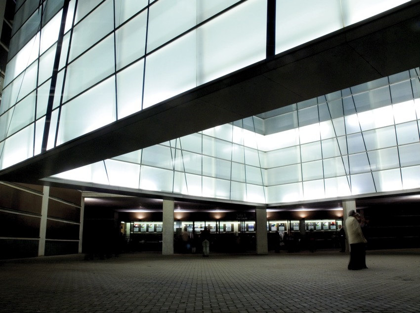 Exterior del Auditorio de Barcelona por la noche. Esperando el concierto