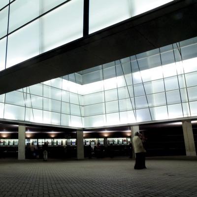 Exterior de nit a l'Auditori de Barcelona. Esperant el concert (Javier Miguélez Bessons)
