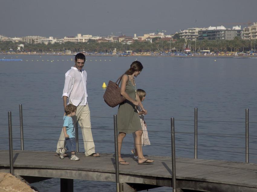 Família passejant al costat del mar (Cablepress)