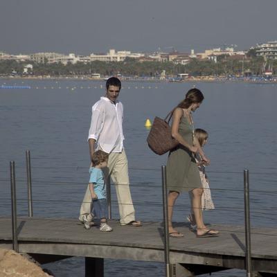 Familia paseando junto al mar (Cablepress)