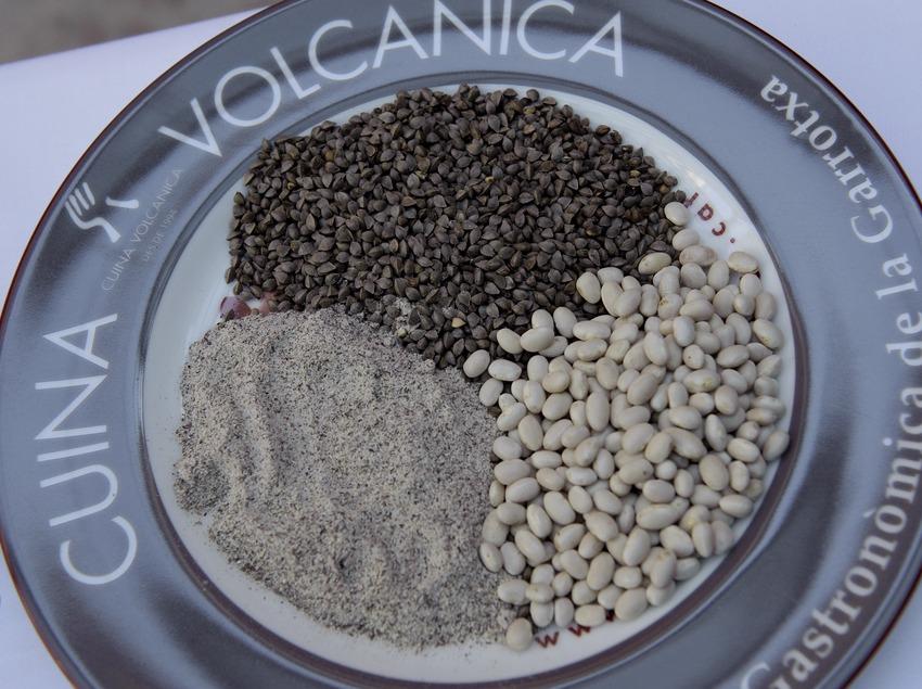 Sarrasin et haricots de Santa Pau dans un plat du collectif Cuina Volcànica