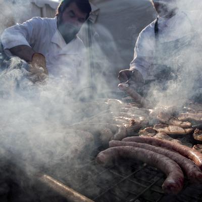 Cuiners del col·lectiu Osona Cuina elaborant butifarres i llom de porc a la brasa
