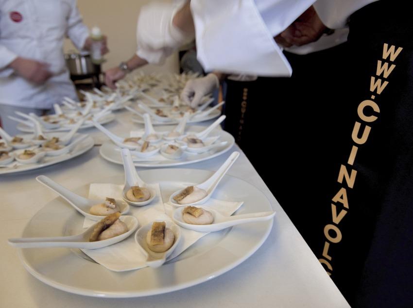 Varios cocineros de los colectivos Cuina del Vallès y Cuina Volcànica preparando platos. Detalle de la web de Cuina Volcànica (Marc Castellet)