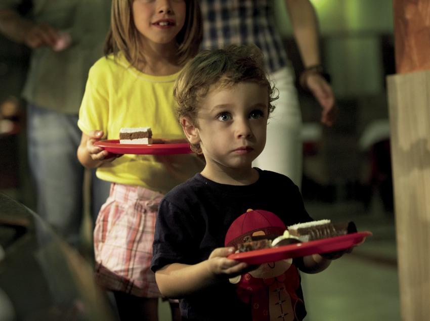 Niños con pasteles en la bandeja en el hotel H10