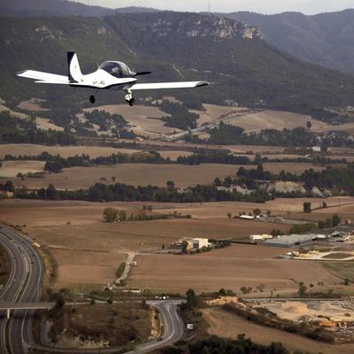 Авиетка над аэродромом Одены (Cablepress)