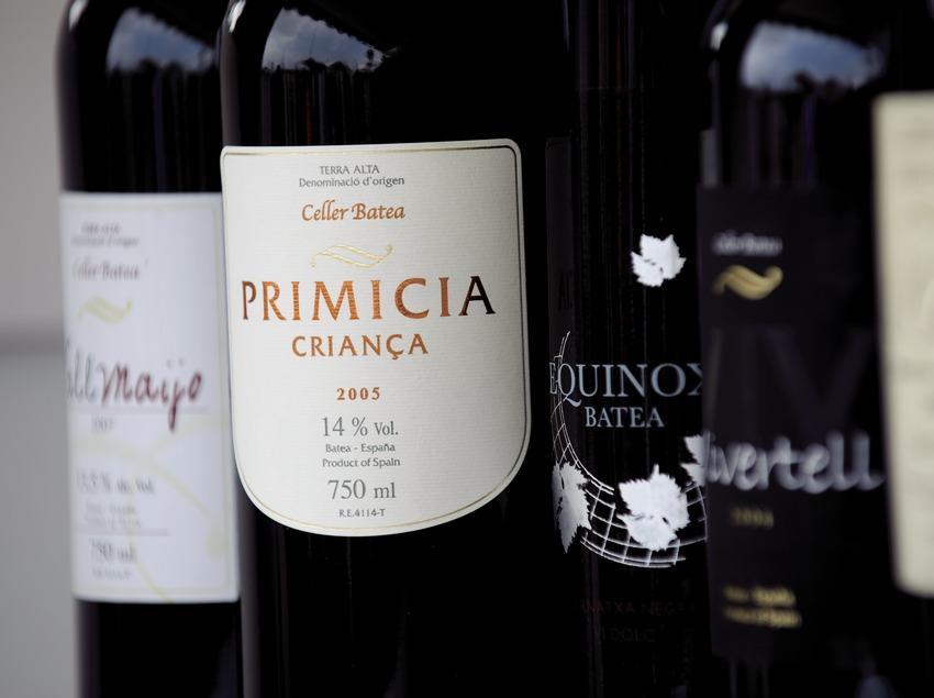 D.O. Terra Alta. Несколько бутылок красного вина и этикетка винодельни Batea