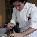 Cuiner del col·lectiu Cuina del Vallès elaborant un plat amb cigrons