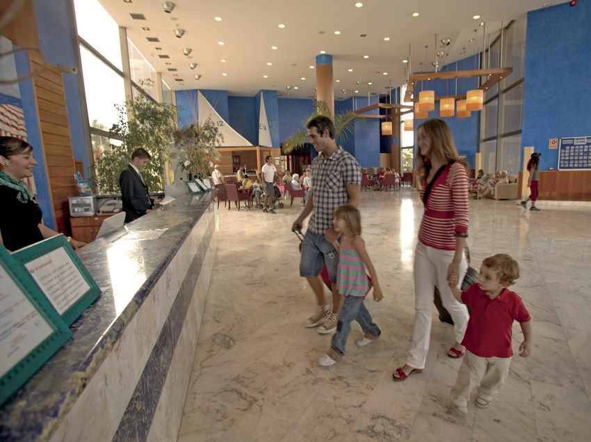 Family in the reception of the Hotel Sol Costa Daurada