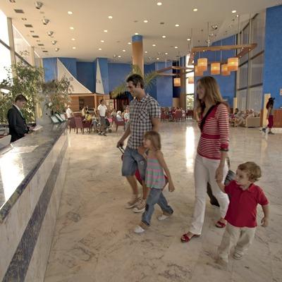 Familia en la recepción del hotel Sol Costa Daurada