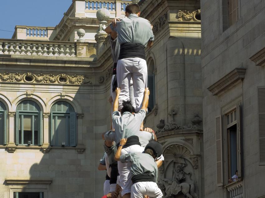 Aixecada de castells a la plaça Sant Jaume