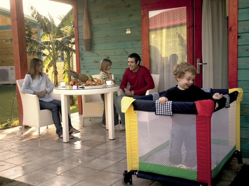 Familia en el porche de un bungalow del camping Sangulí Resort (Cablepress)