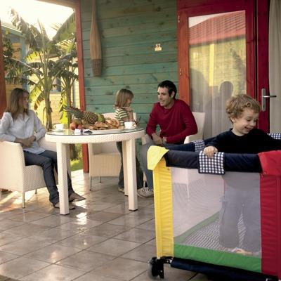 Família al porxo d'un bungalow del càmping Sangulí Resort