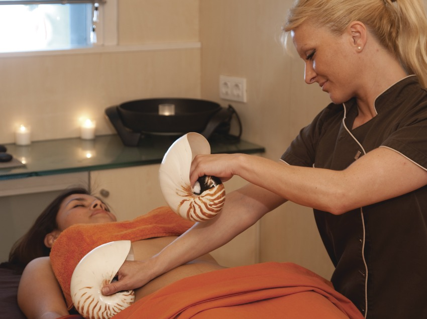 Massage mit Meeresschnecken im Aqua Diagonal. Hotel Princesa Sofía