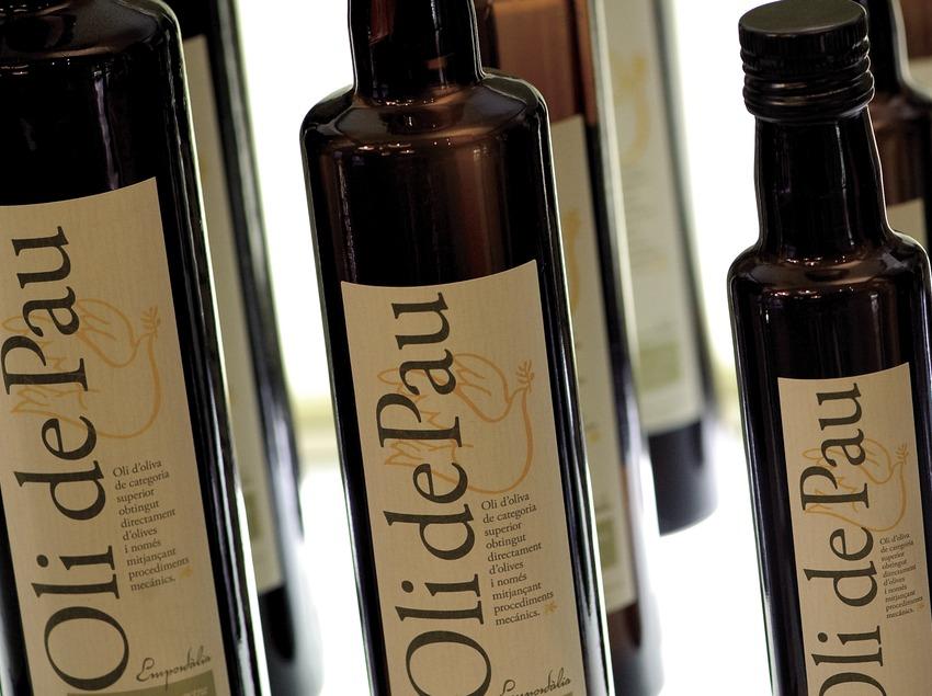 Botellas de aceite de oliva virgen extra aceite de Pau, del Empordà (Marc Castellet)