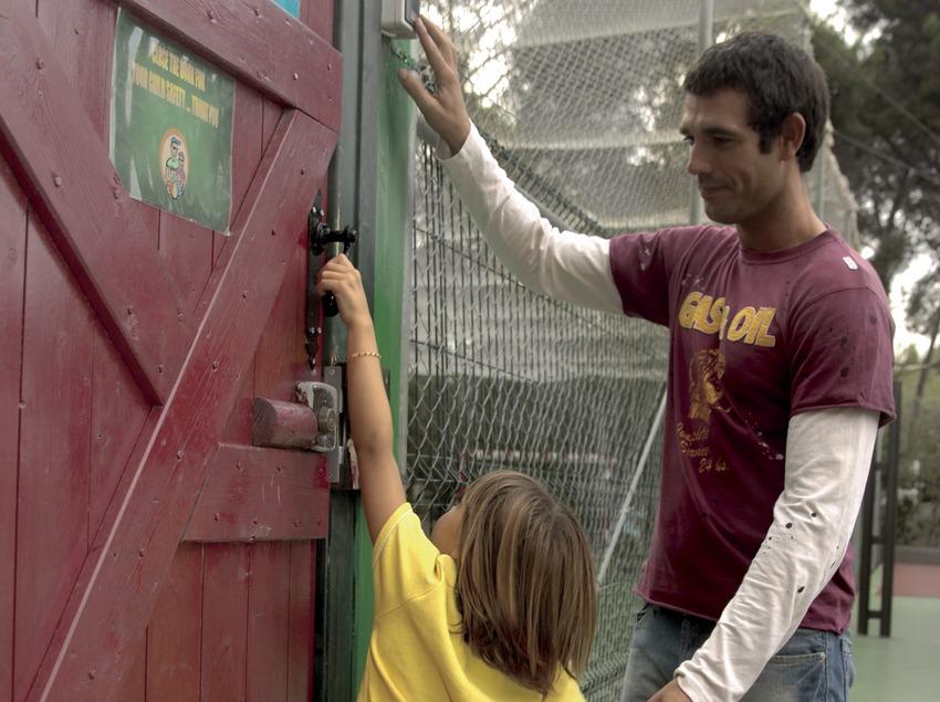 Padre e hija en la puerta de seguridad del parque infantil del hotel H10 (Cablepress)