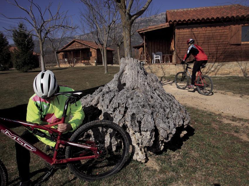 Ajustant la bicicleta davant de les instal·lacions del centre de BTT  Montsec-la Noguera (Cablepress)