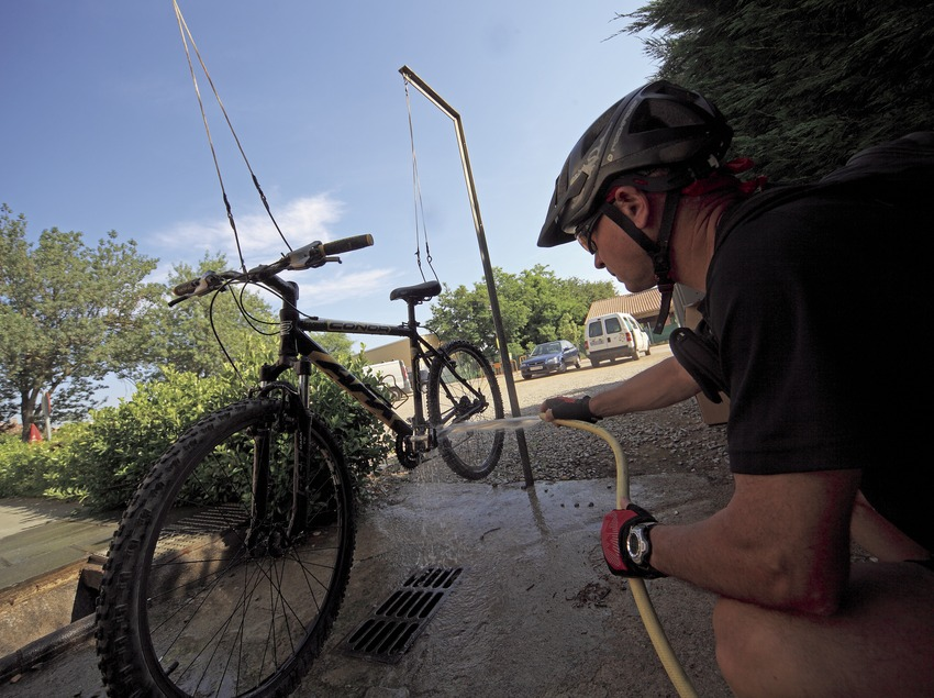 Cleaning a bicycle at the Gironés MTB Centre (Cablepress)