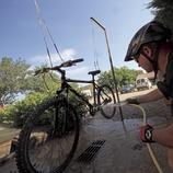 Netejant la bicicleta al centre BTT del Gironès (Cablepress)