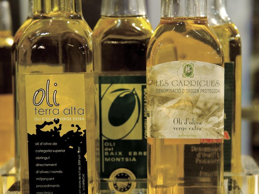 Бутылки нерафинированного оливкового масла холодного отжима из районов Терра-Альта, Лес-Гарригес и Байш-Эбре— Монтсиа (Marc Castellet)
