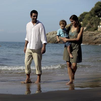 Família passejant per la platja