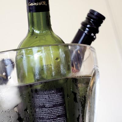 D.O. Conca de Barberà. Botellas de vino en refresco en el interior de una heladera